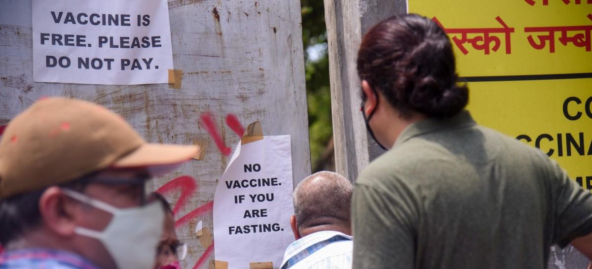 8 اپریل کو ممبئی کے ایک ٹیکہ کاری مرکز پر ویکسین ختم ہونے کے بعد کھڑے لوگ۔ (فوٹو: پی ٹی آئی)