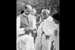 مہاتما گاندھی کے ساتھ مہادیوبھائی دیسائی۔ (فوٹوبہ شکریہ: وکی میڈیا کامنس)