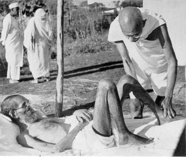 سنسکرت کے دانشور پرچر شاستری کا علاج کرتے گاندھی۔ (فوٹوبہ شکریہ : وکی میڈیا کامنس)