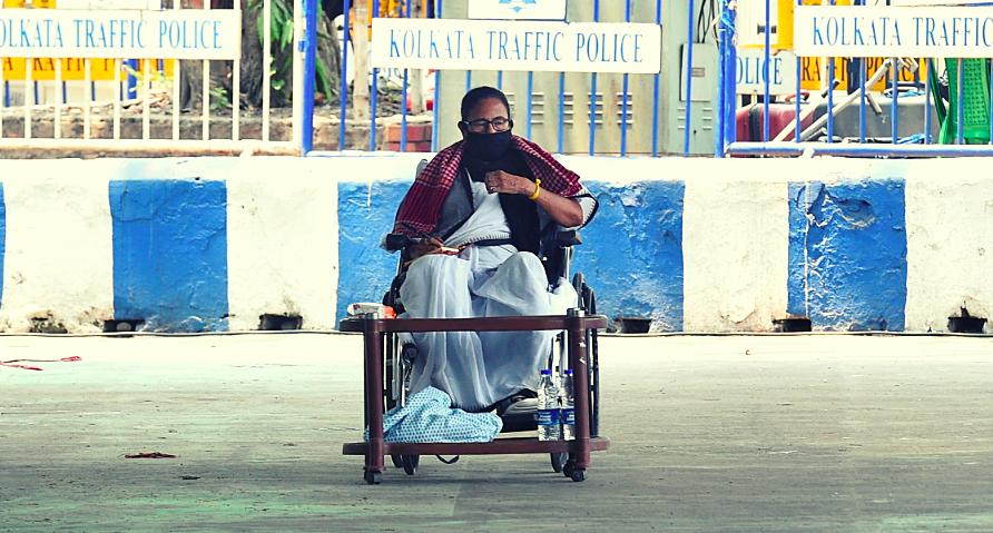 الیکشن کمیشن کے ذریعے پابندی عائد کیے جانے کے بعد دھرنے پر بیٹھیں ممتا بنرجی۔ (فوٹو: پی ٹی آئی)