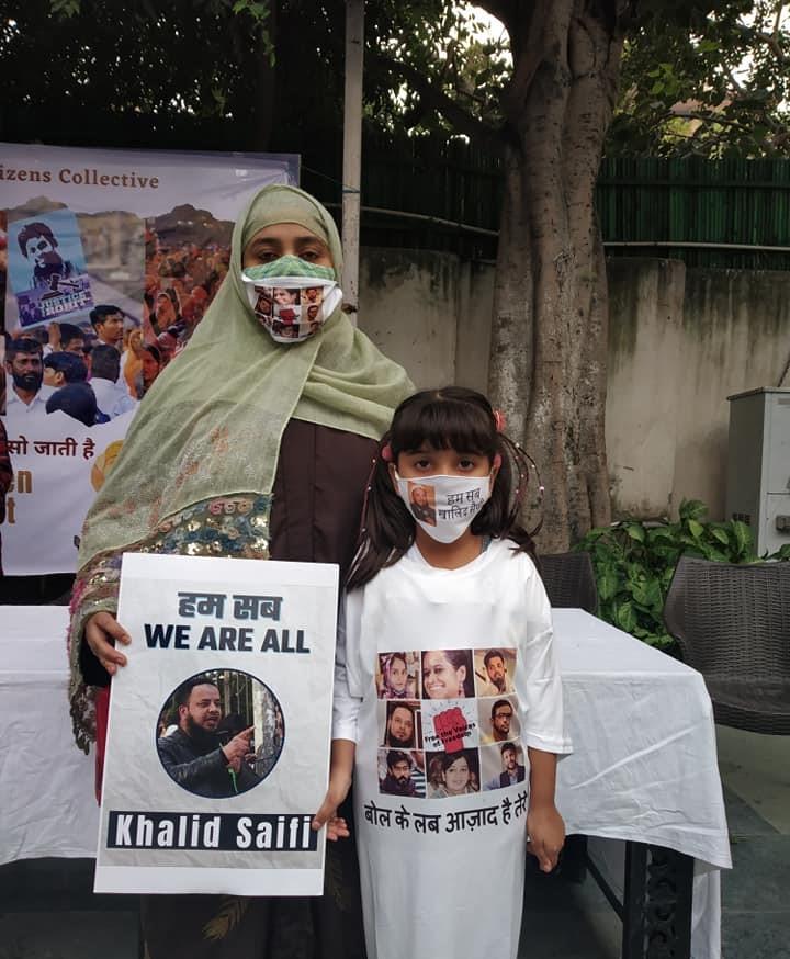 بیٹی کے ساتھ شوہر کی رہائی کی مانگ کرتی نرگس سیفی۔ (فوٹو بہ شکریہ: فیس بک/@KhalidSaifiUAH)