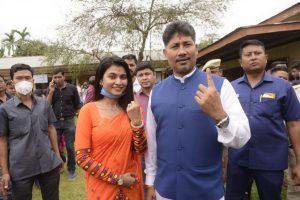 اہلیہ ایمی بروآ کے ساتھ بی جے پی رہنما اوروزیر پیوش ہزاریکا۔ (فوٹو بہ شکریہ: فیس بک)