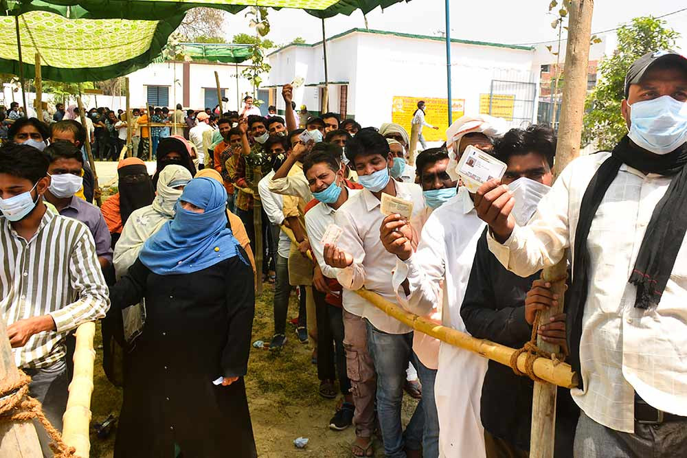 یوپی کے رام پور میں پنچایتی انتخاب کے دوران ایک سینٹر پر رائے دہندگان۔ (فوٹو: پی ٹی آئی)