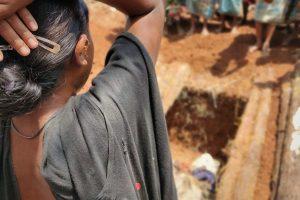 بدروکی لاش کو دیکھ کر روتی ہوئی ان کی بیوی۔ (تمام فوٹو: سکنیا شانتا)