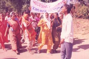 بازآبادی کا مطالبہ کرتی ہوئی کپلابین تڑوی۔ (بائیں سے پہلی)