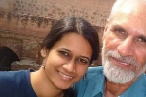 والد مہاویر نروال کے ساتھ نتاشا نروال۔ (فوٹوبہ شکریہ: ٹوئٹر)