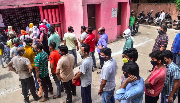 ایک سینٹر پر ویکسین لگوانے کے لیے قطارمیں کھڑے لوگ۔ (پرتیکاتمک فوٹو: پی ٹی آئی)