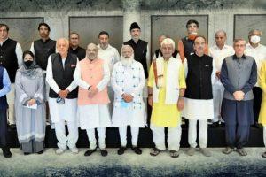 25 جون 2021 کو ہوئی کل جماعتی اجلاس میں وزیراعظم نریندر مودی،وزیر داخلہ امت شاہ اور جموں وکشمیر کے ایل جی منوج سنہا کے ساتھ جموں وکشمیر کےرہنما۔ (فوٹوبہ شکریہ :پی آئی بی)