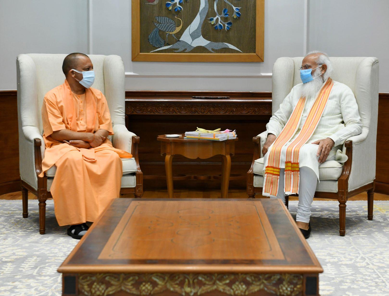وزیر اعظم نریندر مودی کے ساتھ یوگی آدتیہ ناتھ۔ (فوٹو بہ شکریہ: پی ایم او)