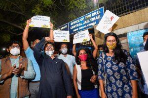 دہلی کی تہاڑ جیل سے جمعرات شام کو آصف اقبال تنہا، دیوانگنا کلیتا اور نتاشا نروال کو ضمانت پر رہا کر دیا گیا۔ (فوٹو: پی ٹی آئی)