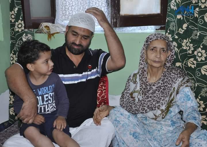 اپنے اہل خانہ کے ہمراہ بشیر احمد بابا۔ (فوٹو: ٹوئٹر/@Faizanmirtweets)