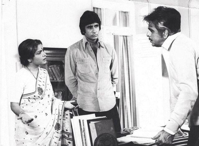 شکتی فلم کے ایک سین میں راکھی اور امیتابھ بچن کے ساتھ دلیپ کمار۔ (فوٹوبہ شکریہ : ٹوئٹر/@FilmHistoryPic)