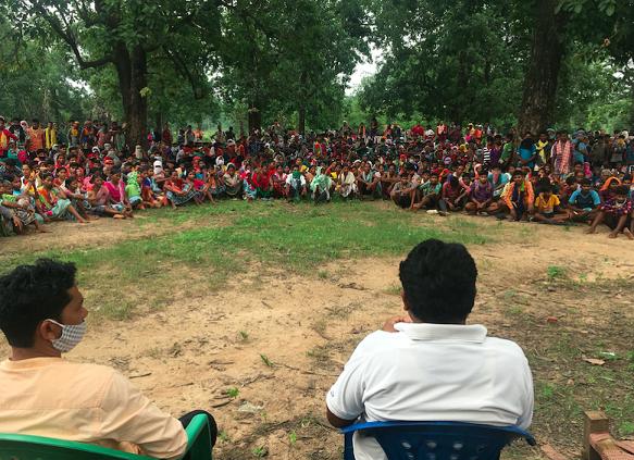 گاؤں والوں کے ساتھ کو رسا سنو۔ (فوٹو: نندنی سندر)