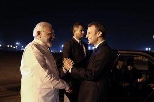 فرانس کے صدر ایمانوئل میکروں کے ساتھ نریندر مودی۔ (فوٹو بہ شکریہ : ٹوئٹر/@Emmanuel Macron)