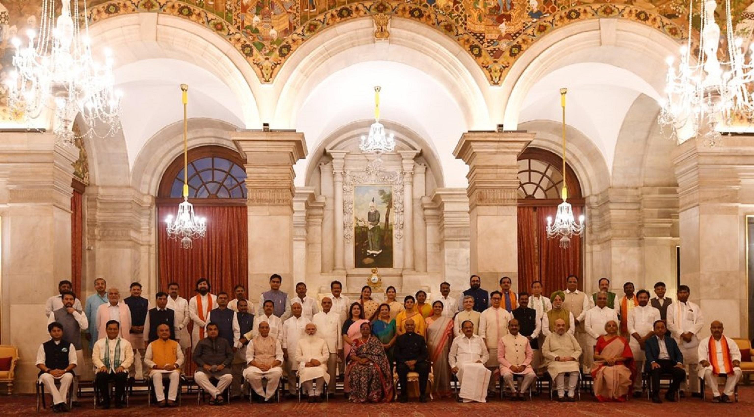 نئے کابینہ کے ممبروں اور صدر، نائب صدر، لوک سبھا اسپیکرکے ساتھ وزیر اعظم نریندر مودی۔ (فوٹو: ٹوئٹر/ @narendramodi)