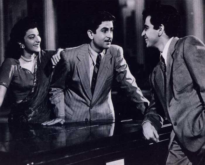 فلم انداز کے ایک سین میں نرگس اور راج کپور کے ساتھ دلیپ کمار۔ (فوٹو بہ شکریہ: وکی میڈیا کامنس)