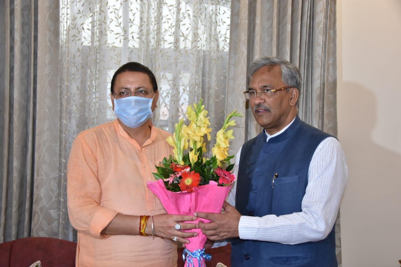 اتراکھنڈ کے سابق وزیر اعلیٰ ترویندر سنگھ راوت کے ساتھ نئے وزیر اعلیٰ پشکر سنگھ دھامی۔ (فوٹو بہ شکریہ: ٹوئٹر/@pushkardhami)