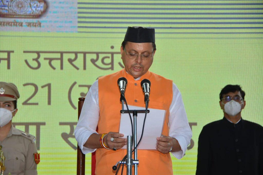حلف لیتےاتراکھنڈ کے نئے وزیر اعلیٰ پشکر سنگھ دھامی۔ (فوٹوبہ شکریہ: ٹوئٹر/@pushkardhami)