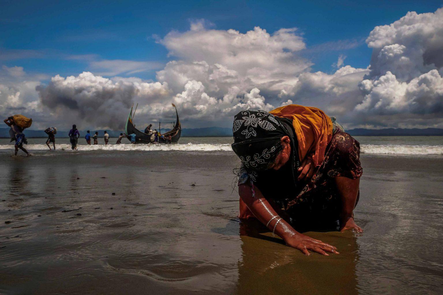 روہنگیا پناہ گزینوں کے میانمار سے نقل مکانی کرنے کی دانش صدیقی کی کھینچی گئی تصویر، جسے پیولٹرزانعام ملا تھا۔ (فوٹو: رائٹرس)