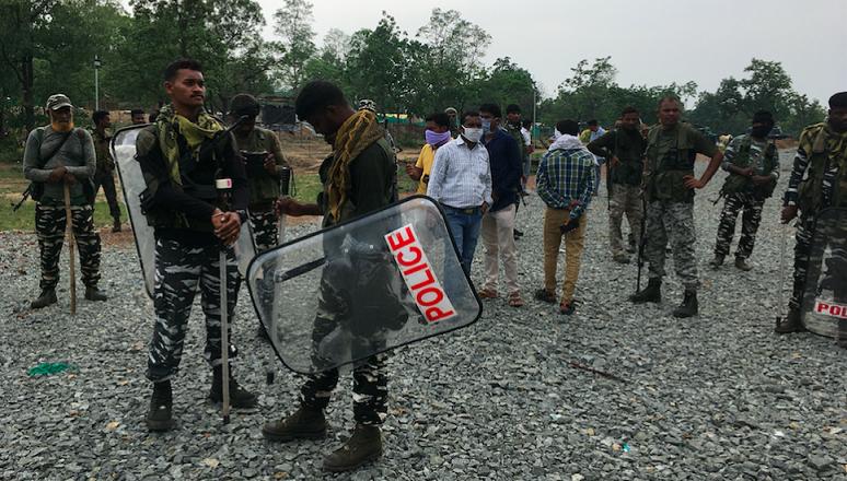 شیلڈس کے ساتھ تعینات پولیس۔ (فوٹو: نندنی سندر)