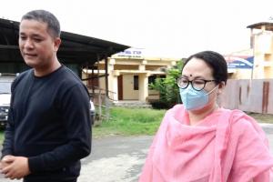 جیل سے رہا ہونے کے بعد اپنی بیوی رنجیتا ایلنگبام کے ساتھ صحافی کشورچندر وانگ کھیم۔