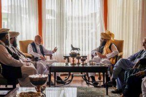افغانستان کے سابق صدر حامد کرزئی سے ملاقات کرتے طالبانی کمانڈر انس حقانی۔ (فوٹو: ٹوئٹر/@AnasMallick)