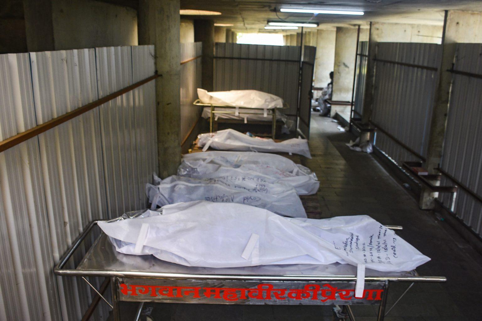 15 اپریل2021 کو سورت کے ایک شمشان میں کووڈ 19 سے جان گنوانے والوں کی لاشیں۔ (فوٹو: پی ٹی آئی)