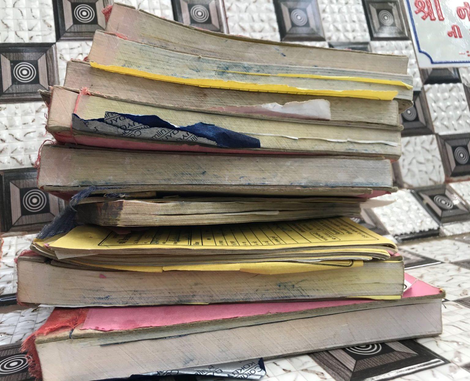 اپریل اورمئی کےمہینے میں امریلی کےصرف ایک شمشان میں7.5 ڈیتھ رجسٹر بھرے گئے۔ ہر رجسٹر میں100صفحے ہوتے ہیں۔ (فوٹو: شری گریش جلیہل/دی رپورٹرس کلیکٹو)