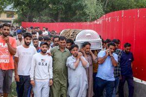 گزشتہ17اگست کو کلگام ضلع میں دہشت گردوں کے ذریعےبی جے پی کارکن کےقتل کے بعد ان کے آخری رسومات میں شامل لوگ۔ (فوٹو: پی ٹی آئی)