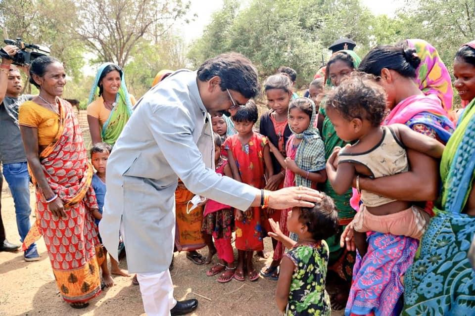 گاؤں والوں سے ایک ملاقات کے دوران جھارکھنڈ کے وزیر اعلیٰ ہیمنت سورین۔ (فائل فوٹو بہ شکریہ: فیس بک)