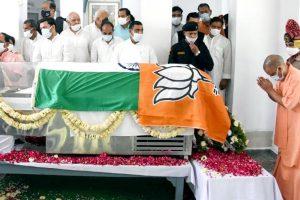 تعزیت کے دوران اتر پردیش کے وزیر اعلیٰ یوگی آدتیہ ناتھ۔ (فوٹو بہ شکریہ: ٹوئٹر)