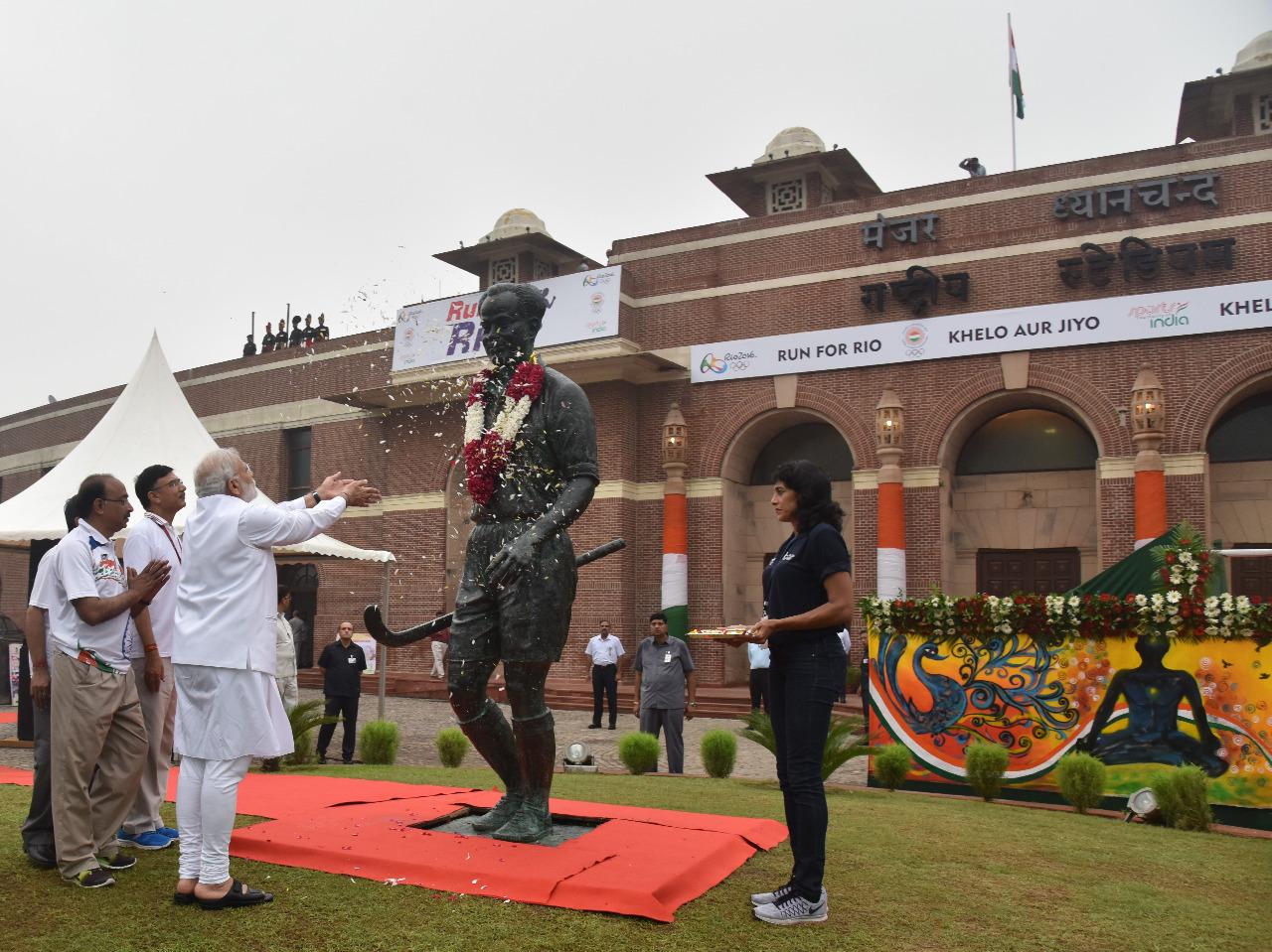 دہلی کے دھیان چند نیشنل اسٹیڈیم میں ان کے مجسمہ پرگلہائے عقیدت پیش کرتے وزیر اعظم نریندر مودی۔ (فائل فوٹو بہ شکریہ: ٹوئٹر)
