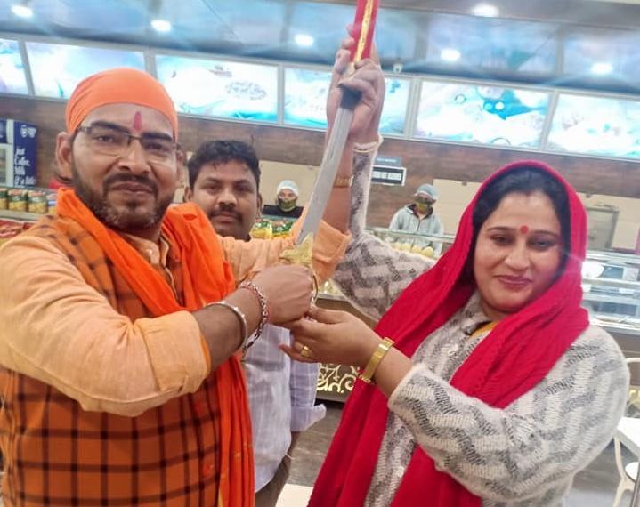 راشٹریہ ہندو یووا واہنی کے صدرانوراگ گوسوامی کے ساتھ تنظیم کی رہنما میناکشی چوہان۔ (فوٹوبہ شکریہ فیس بک)