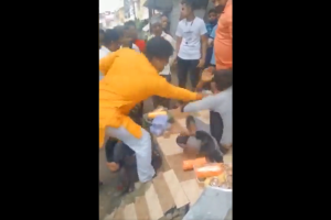 مدھیہ پردیش کے اندور میں چوڑی بیچنے والے مسلمان کی پٹائی کرتے لوگ۔ (اسکرین گریب: ٹوئٹر/@ShayarImran)