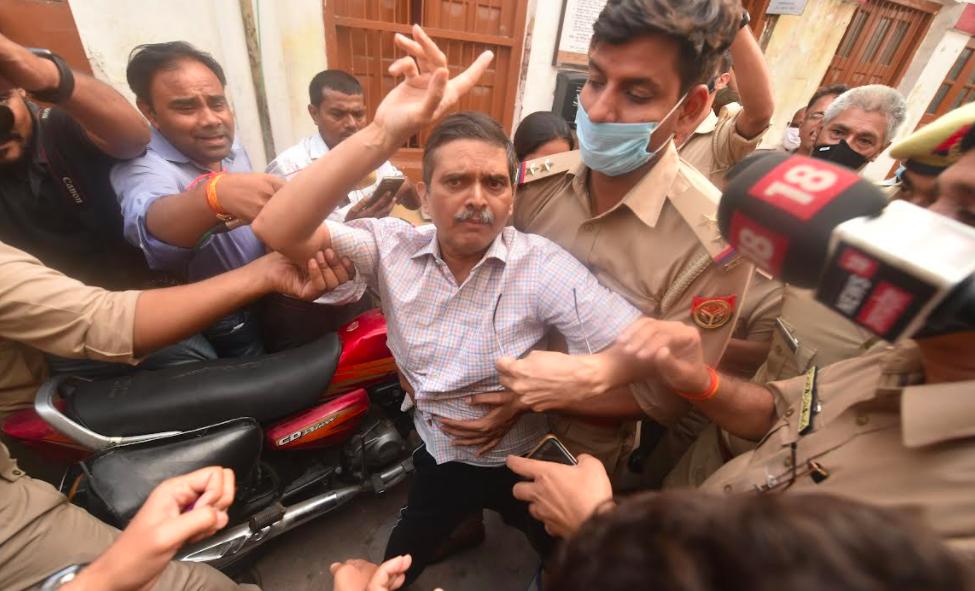 سابق آئی پی ایس افسر امیتابھ ٹھاکر کو گرفتار کرنے کے بعد لے جاتی پولیس۔(فوٹو بہ شکریہ : اعظم حسین)