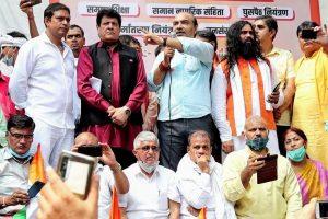 دہلی کے جنتر منتر پرمنعقدپروگرام میں بی جے پی رہنما اشونی اپادھیائے(درمیان)اور گجیندر چوہان۔ (فوٹو بہ شکریہ ٹوئٹر)