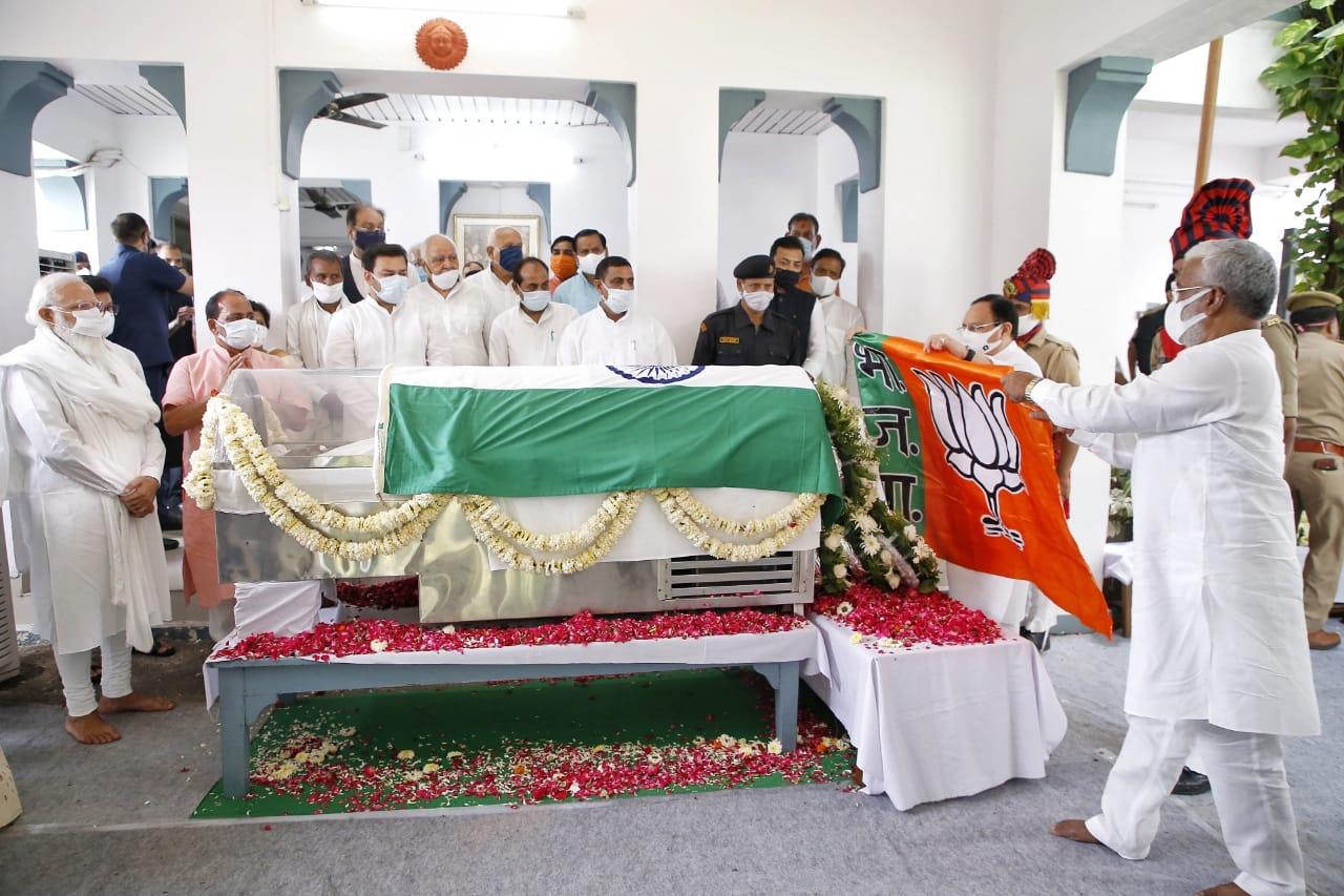 کلیان سنگھ کےتعزیتی اجلاس میں ان کےجس خاکی پر بی جے پی کا جھنڈا رکھتے قومی صدرجےپی نڈا اور یوپی ریاستی صدرسوتنتر دیو سنگھ۔ (فوٹو بہ شکریہ ٹوئٹر)