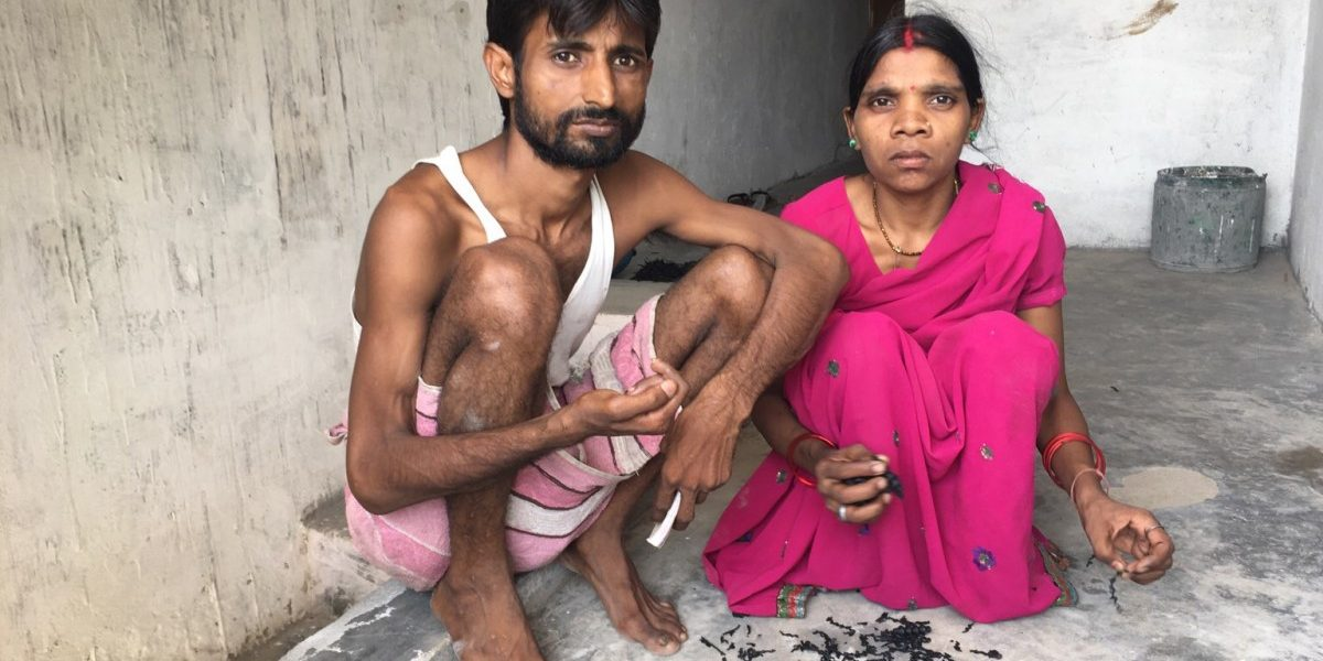 اتر پردیش کے جون پور کے ایک دلت میاں بیوی سنجے اور ہیراوتی کا کہنا ہے کہ وہ گڑگاؤں میں اپنی زندگی کے لیےفکرمند ہیں۔ (فوٹو: انومیہایادو/دی وائر)