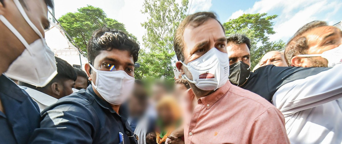 دہلی کے کینٹ علاقے میں متاثرہ بچی کے اہل خانہ سے ملنے پہنچے کانگریس رہنما راہل گاندھی(فوٹو: پی ٹی آئی)