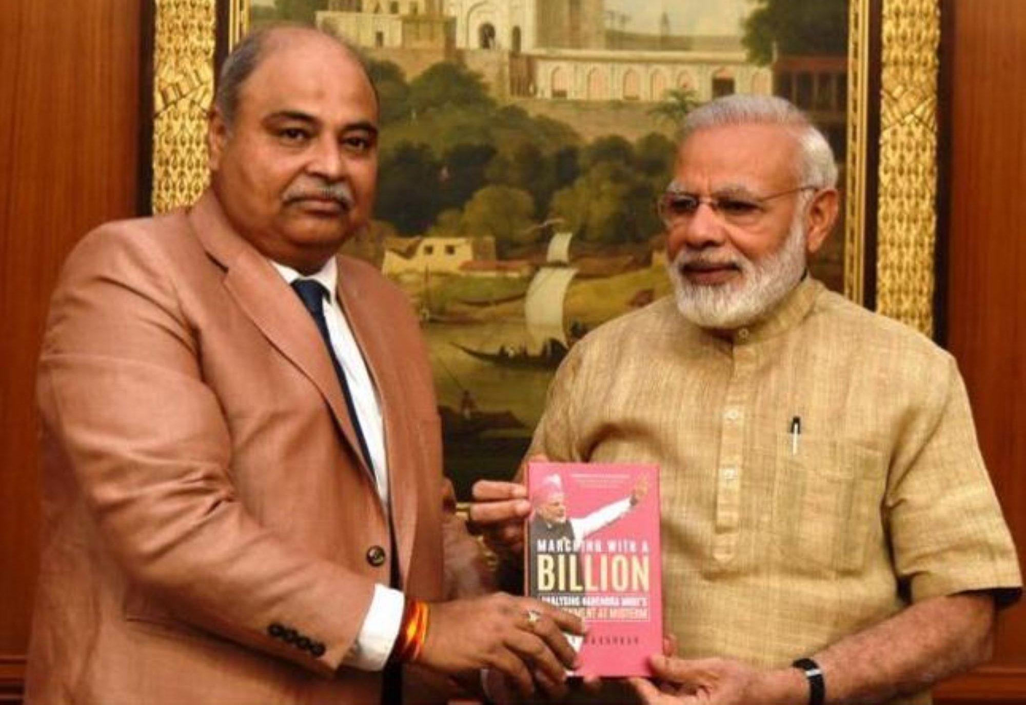 وزیر اعظم نریندر مودی کے ساتھ سینٹرل انفارمیشن کمشنر ادے مہرکر۔ (فوٹو: فیس بک)