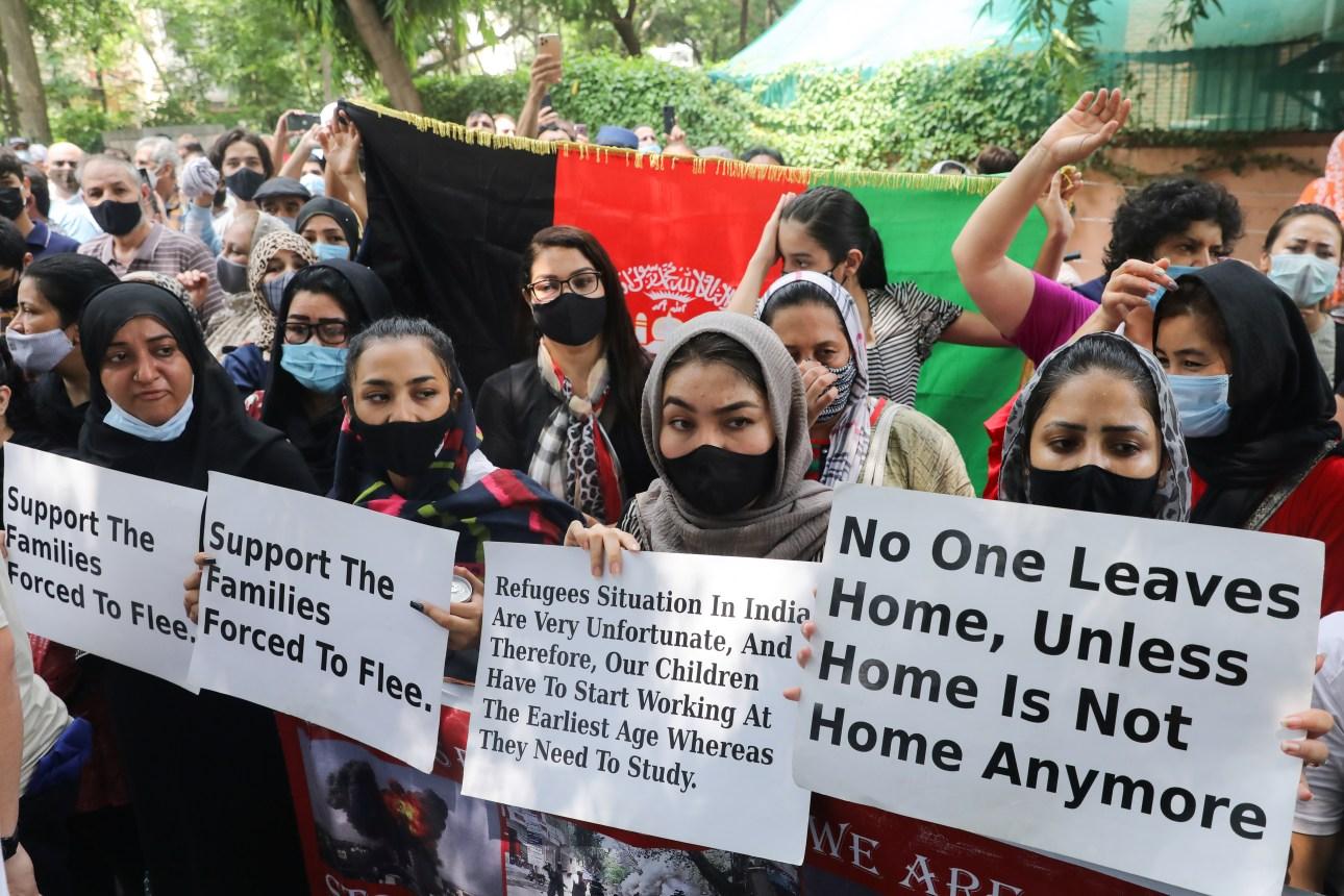23اگست 2021 کو دہلی میں یوائی ایچ سی آر کے دفتر کے باہر افغان مہاجرین کے لیے مدد کی اپیل کرتے لوگ۔ (فوٹو: رائٹرس)