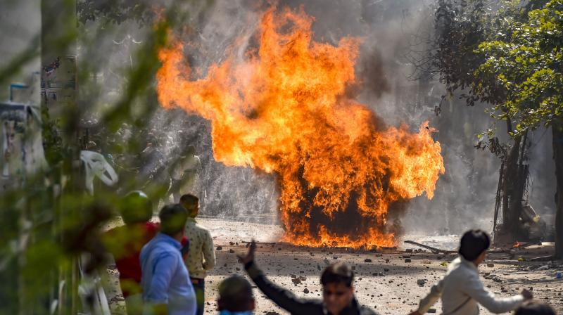 2020 دہلی تشددکے دوران جعفرآباد میں جلتی ایک گاڑی۔ (فائل فوٹو: پی ٹی آئی)