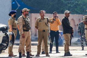 گیلانی کے انتقال کے بعد سری نگر کے حیدر پورہ میں 02 ستمبر کو تعینات پولیس اہلکار۔ (فوٹو: پی ٹی آئی)