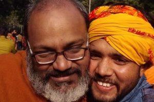 یتی نرسنہانند (بائیں)کے ساتھ متھرا میں مسلم ڈوسا فروش کے اسٹال پر حملہ کرنےکے ملزم ہندوتواکارکن دیوراج پنڈت (فوٹو بہ شکریہ : فیس بک)