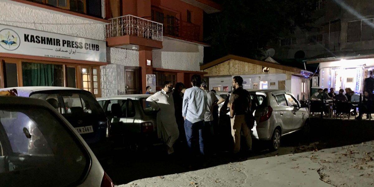 واقعہ کے بعد کشمیر پریس کلب پر اکٹھا ہوئے لوگ۔
