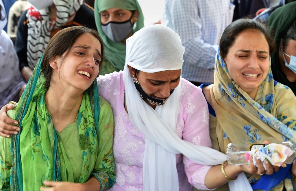 دہشت گردوں کے ہاتھوں ہلاک ہونے والی اسکول کی پرنسپل سپندر کور کی آخری رسومات کے دوران سوگوار رشتہ دار۔ (فوٹو: پی ٹی آئی)