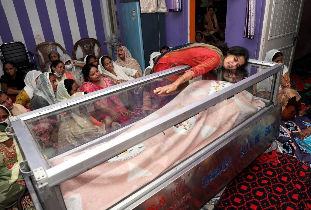 سرینگر میں دہشت گردوں کے ہاتھوں مارے گئےٹیچر دیپک چند کی بیوی۔ (فوٹو: پی ٹی آئی)