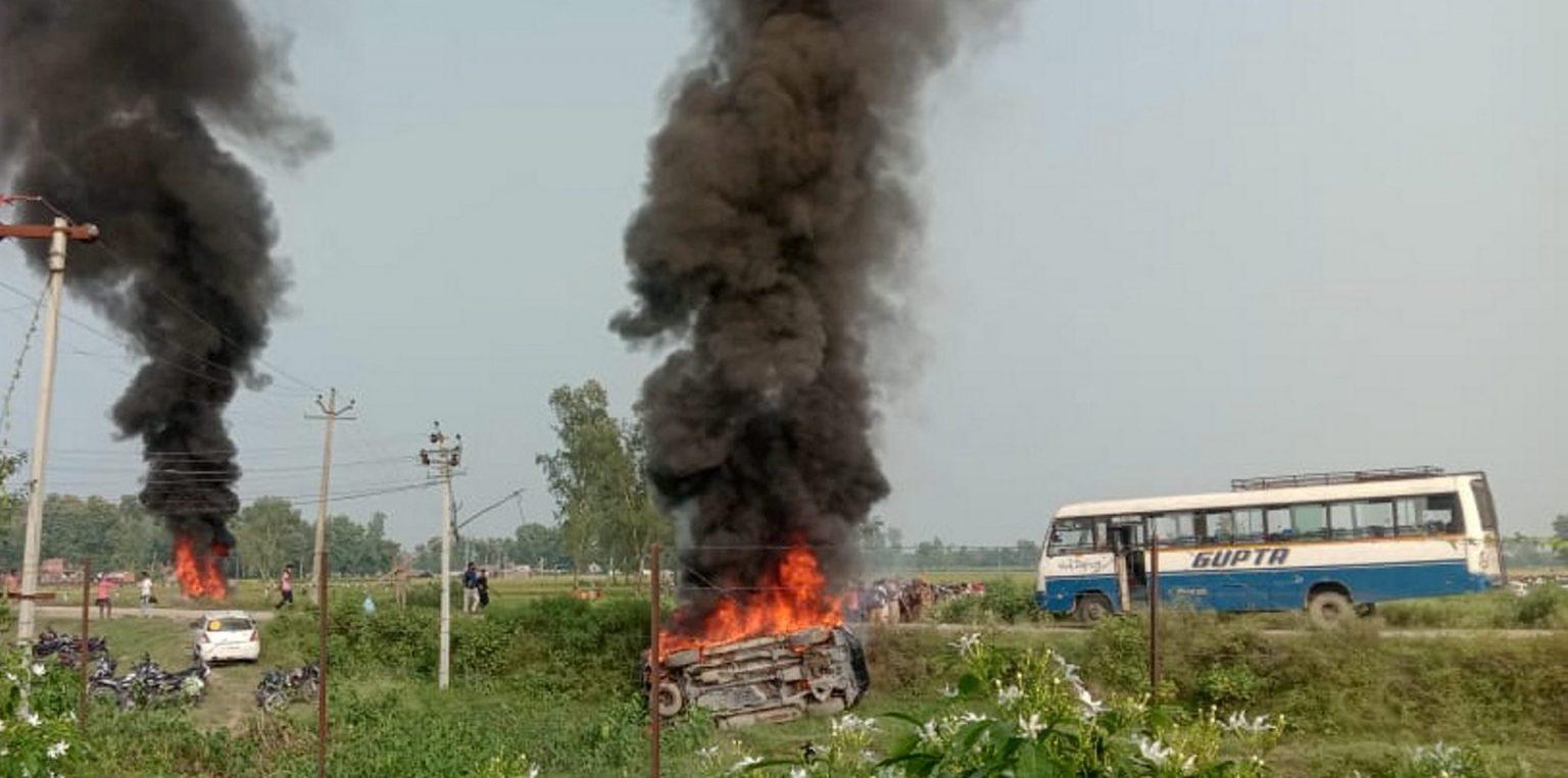 لکھیم پور کھیری کےتکونیہ علاقے میں3 اکتوبر کو پیش آئےتشدد کے بعد کچھ گاڑیوں میں آگ لگا دی گئی تھی۔ (فوٹو: پی ٹی آئی)