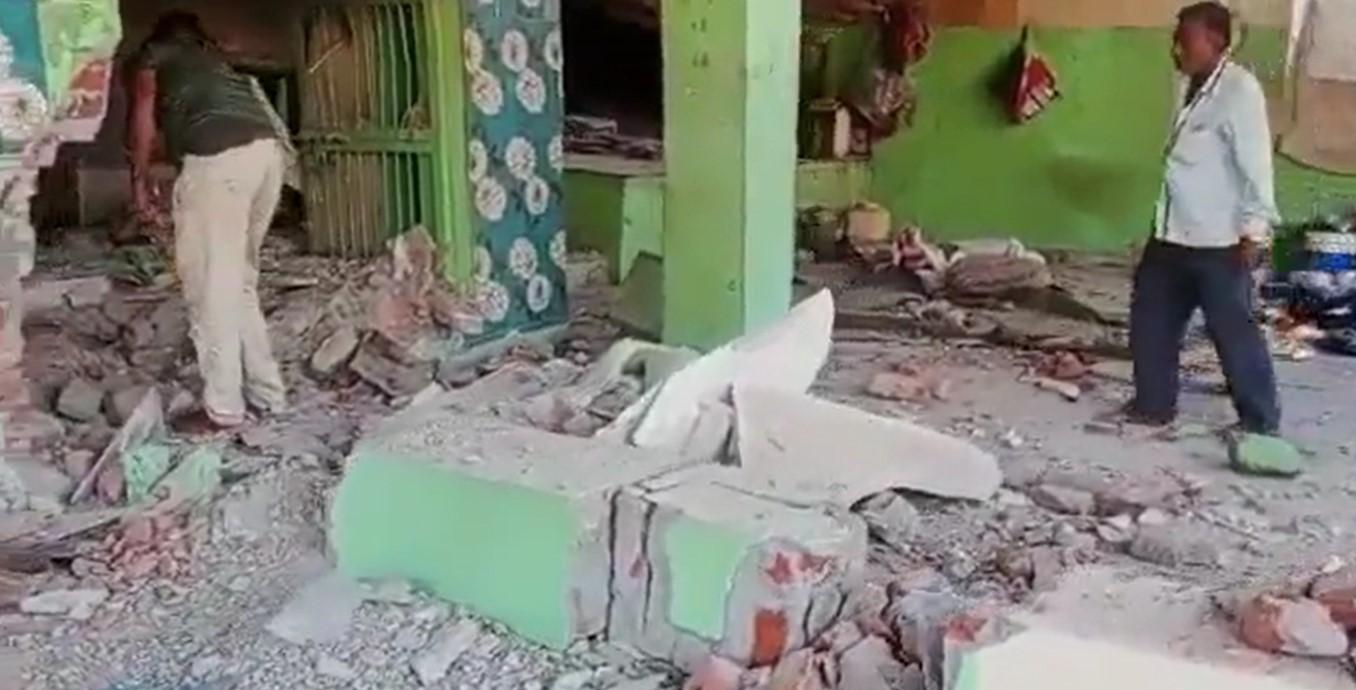 حملے کے بعد درگاہ (بہ شکریہ : ٹوئٹر ویڈیوگریب/@KashifKakvi)