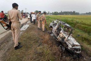 لکھیم پور کھیری کےتکونیہ علاقے میں تین اکتوبر کو ہوئےتشدد میں تبا ہ ہوئی ایک گاڑی کا معائنہ کرتی پولیس۔ (فوٹو: پی ٹی آئی)